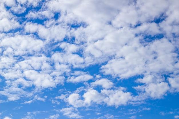 Nuvens fofas brancas no céu azul em um dia de verão ensolarado.