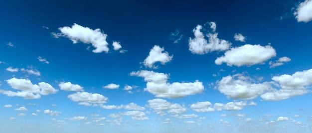 Nuvens fofas brancas no panorama do céu azul azul. fundo de bom tempo de verão.