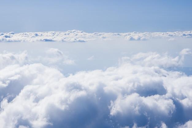 Nuvens fofas do alto da janela do avião