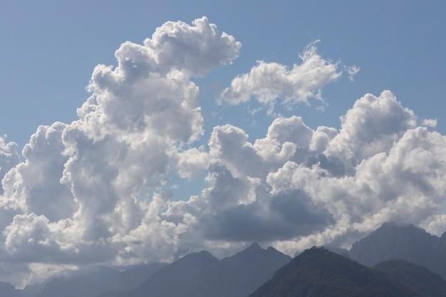 Nuvens fofas e fundo de céu azul