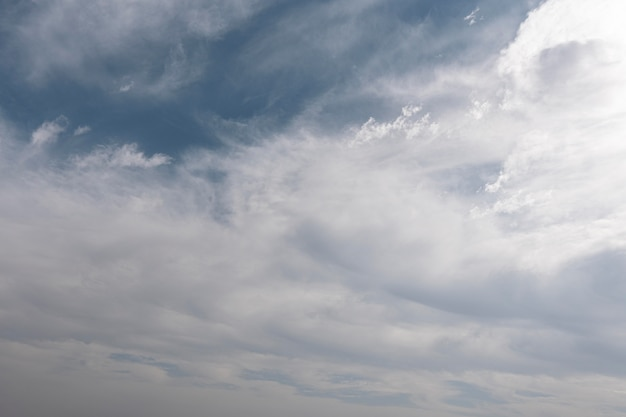 Nuvens fofas em um céu azul