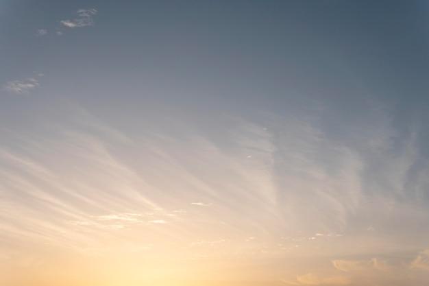 Nuvens fofas em um céu ventoso com sol
