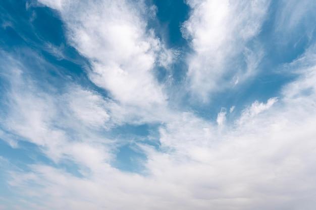 Nuvens fofas em um céu ventoso