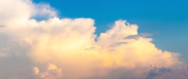 Nuvens fofas no céu azul ao pôr do sol