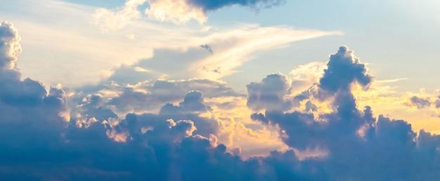 Nuvens fofas pitorescas durante o pôr do sol, céu noturno