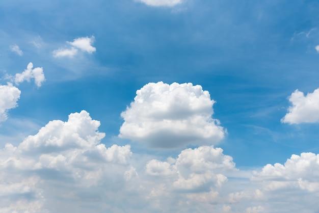 Nuvens fofinhas brancas bonitas no céu azul