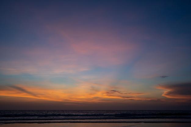 Nuvens laranja ao pôr do sol do oceano
