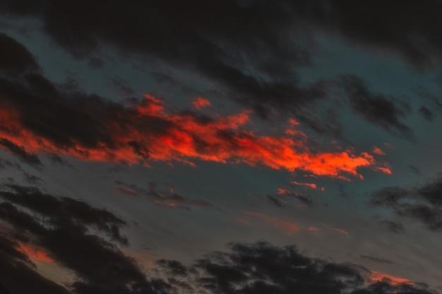 Nuvens laranja e pretas
