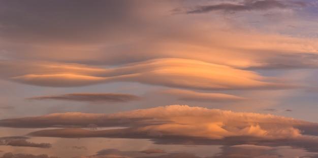 Nuvens lenticulares ao amanhecer