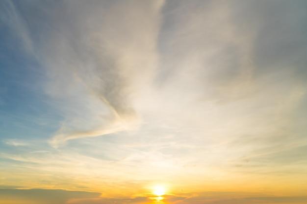 Nuvens lindo céu pôr do sol, céu crepuscular dramático