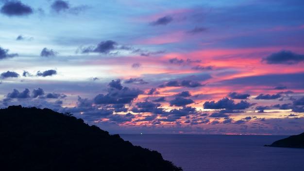 Nuvens majestosas no pôr do sol do céu ou nascer do sol sobre o mar.