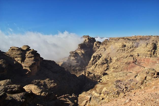 Nuvens na aldeia de tawila nas montanhas, iémen