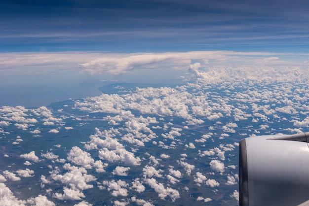 Nuvens na janela do avião fechar