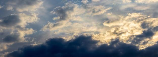 Nuvens negras de tempestade em um céu dramático antes do pôr do sol