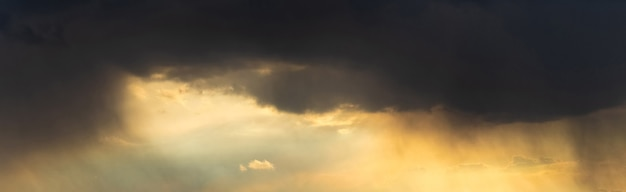 Nuvens negras de tempestade no céu noturno ao pôr do sol