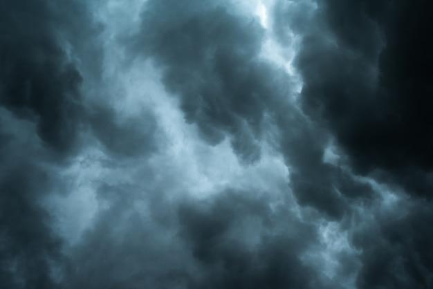 Nuvens negras dramáticas e movimento