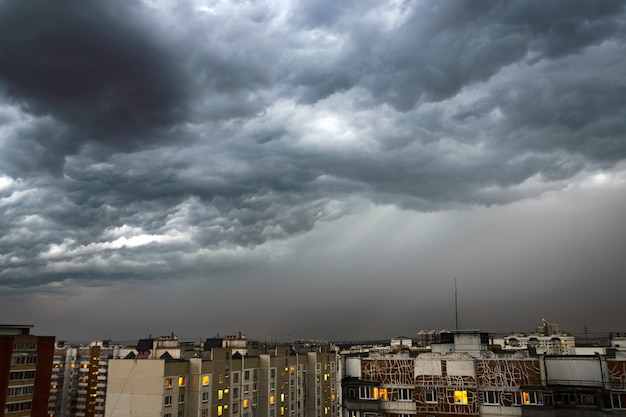 Nuvens negras e poderosas sobre a cidade