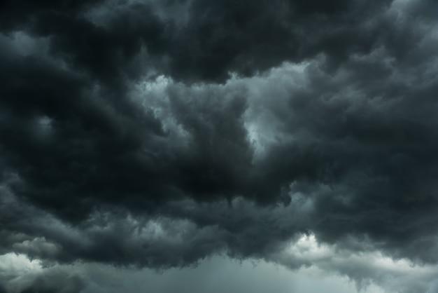 Nuvens negras e tempestade
