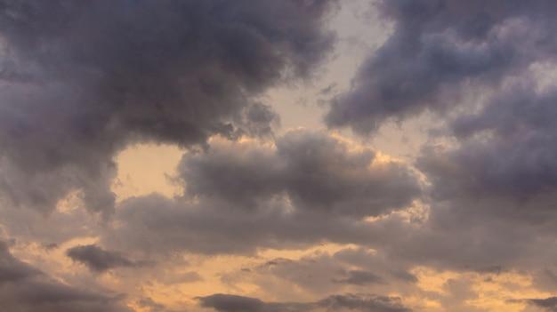 Nuvens negras e tempestuosas durante o pôr do sol, céu escuro à noite_
