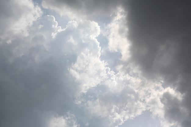 Nuvens negras no céu