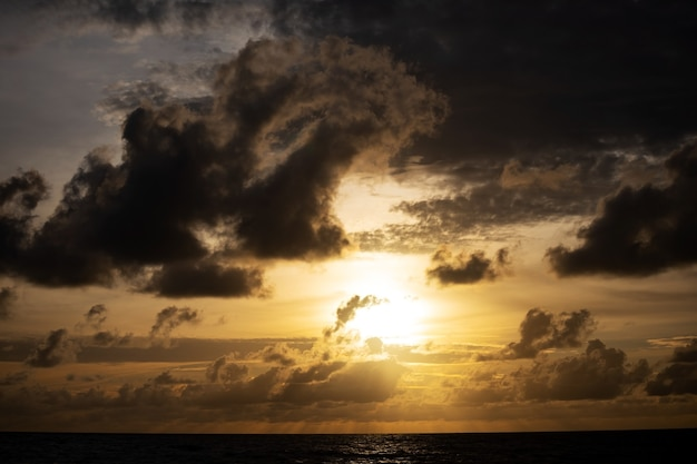 Nuvens negras sobre o mar paisagem de nuvens dramática com grandes nuvens, chuvoso escuro natural