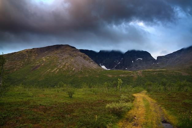 Nuvens no céu acima das montanhas iluminadas pelo sol ao pôr do sol