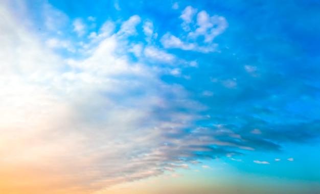 Nuvens no céu ao pôr do sol