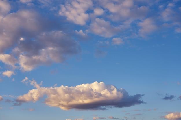 Nuvens no céu azul ao pôr do sol como pano de fundo natural.