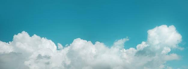 Nuvens no céu azul em dia ensolarado com bom tempo. tela longa e larga