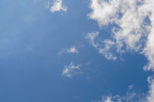 Nuvens no céu azul em um dia ensolarado