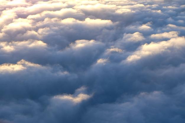 Nuvens no céu com os primeiros raios do sol, vista aérea