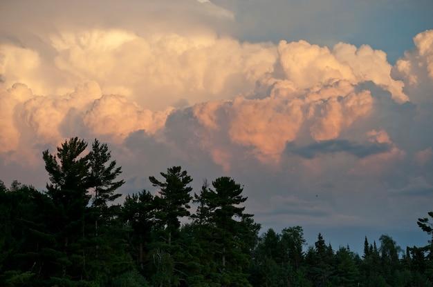 Nuvens no céu crepuscular sobre o lago dos bosques, ontário