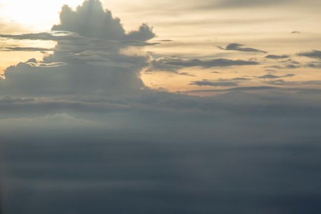 Nuvens no céu da janela do avião.