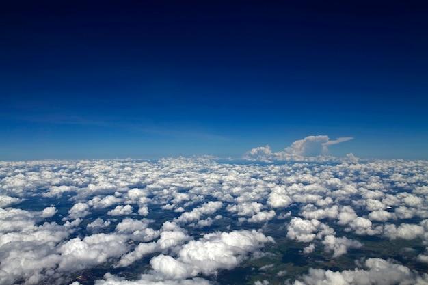 Nuvens no céu (nuvem do mar) como visto de alto ângulo no avião