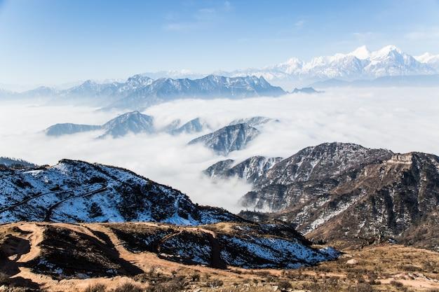 Nuvens que cobrem montanhas