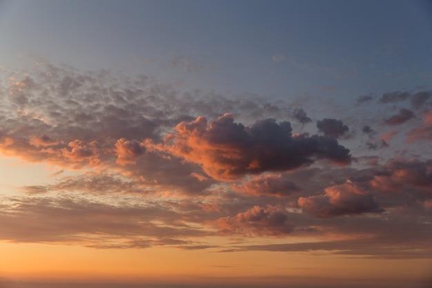 Nuvens rosa e azuis ao pôr do sol