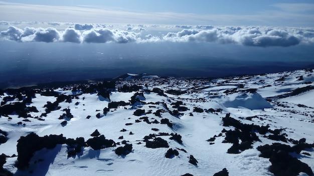 Nuvens sobre a paisagem cobertas de neve