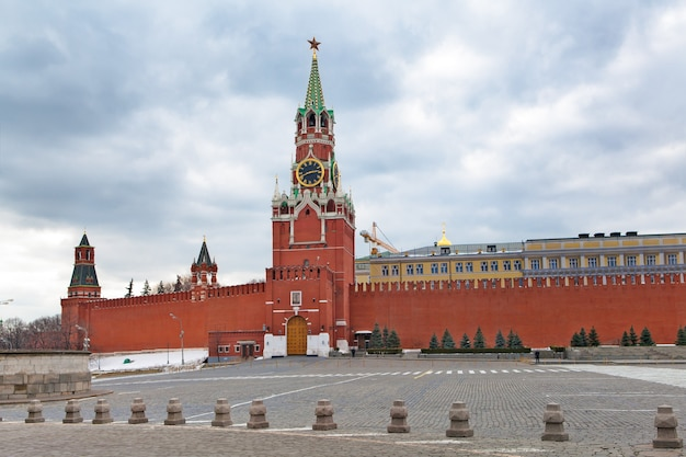 Nuvens sobre a torre principal do kremlin, moscou Foto Premium