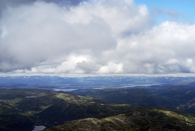 Nuvens sobre as colinas em tuddal gaustatoppen na noruega