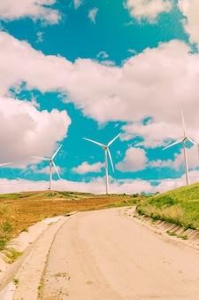 Nuvens sobre estradas e turbinas eólicas