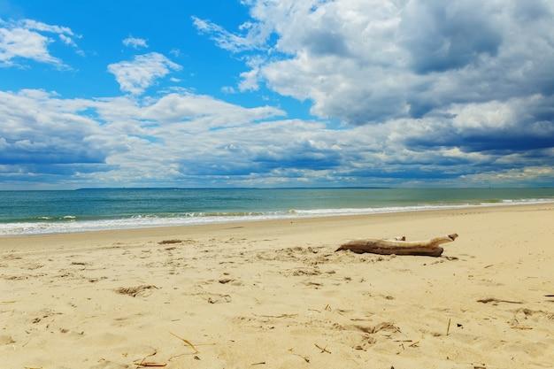 Nuvens, sobre, ondas, tocar, arenoso, praia