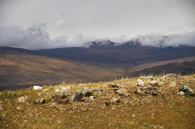 Nuvens sobre os espaços abertos da estepe, nuvens de tempestade sobre as colinas.