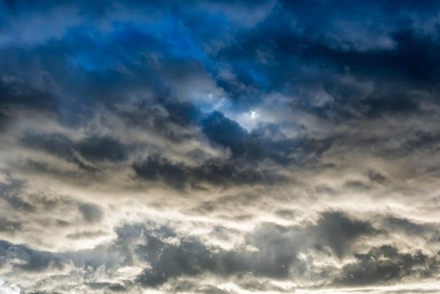Nuvens sombrias e sombrias