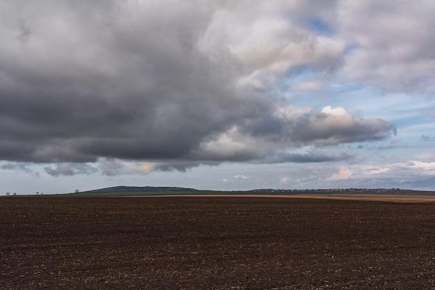 Nuvens sombrias sobre terras aráveis