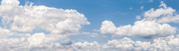 Nuvens suaves brancas no céu azul