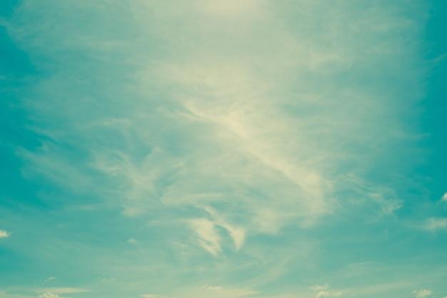 Nuvens vintage no céu com espaço e vintage tonificado.