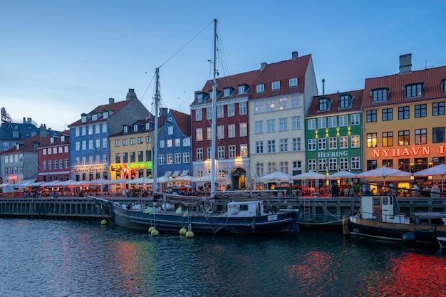 Nyhavn na cidade de copenhaga, dinamarca à noite