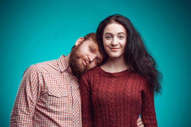 O abraço do jovem homem e mulher