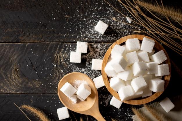 O açúcar no copo de madeira.