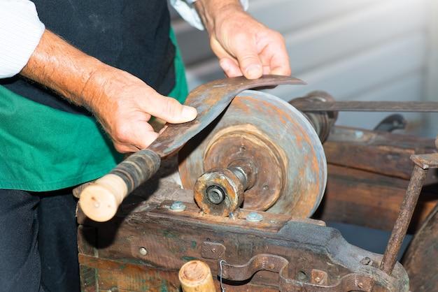 O afiador de facas artesanato antigo